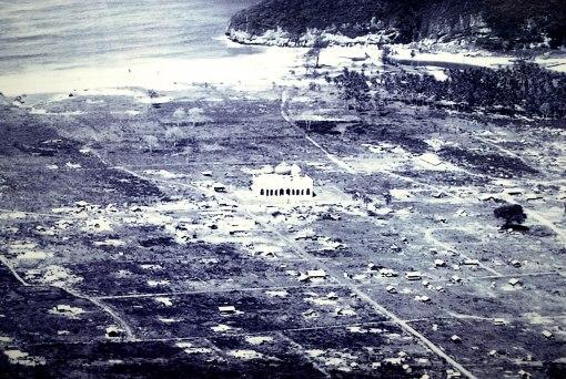 Masjid Rahmatulah beberapa saat setelah tsunami menerjang